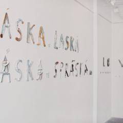 Výstava-Texty-lásky-–-instalace-Láska-tě-laská-láska-tě-spráská-porcelán-85-x-300-cm-2004-galerie-Via-Art